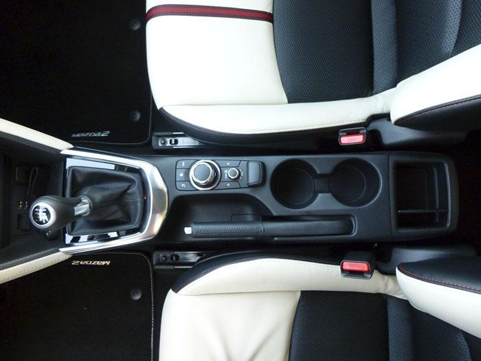 Mazda2 2015.  Mando de gestión de los menús.