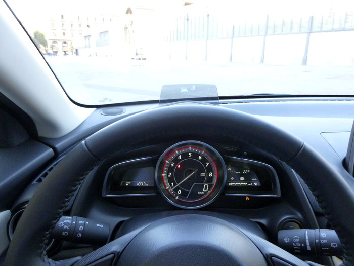 Mazda2 2015. Instrumentación y Head up Display