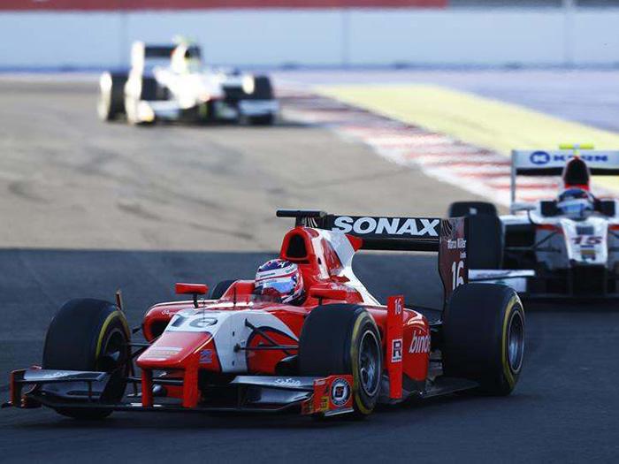 La Fórmula GP2, auspiciada por la FIA, era prácticamente un calco de la F.1 hasta el año pasado, con su motor 4.0 V8 de más de 600 CV. Para este año también incorporó el frontal bajo obligatorio en F.1, con un diseño muy similar al de Ferrari en el caso del coche de la foto.