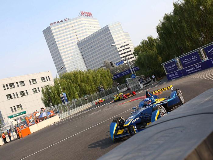 También en la Fórmula-E de monoplazas eléctricos está implicada Renault; por algo los coches, todos iguales, se denominan Spark-Renault SRT_01E. Por cierto, con sus ruedas carenadas por delante, detrás y entre ambos ejes, demuestran que un monoplaza puede ser bastante más estético que lo F.1, aunque en apoyo aerodinámico no alcancen tanta deportancia.