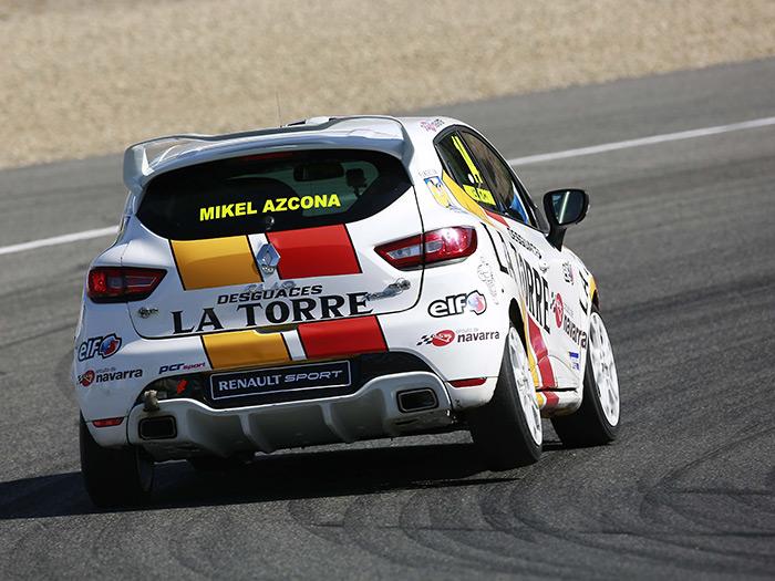 """En los Clio Eurocup hay una destacada presencia (y triunfos) tanto de pilotos como de patrocinadores españoles; como puede observarse, y en cuanto a pilotaje, los primeros no se andan por las ramas. Como todo tracción delantera de competición que se precie, """"levanta pata"""" trasera en curva, para asegurar al máximo la motricidad delantera."""