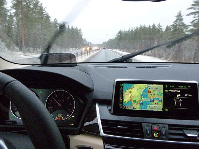 Auroras77. BMW 220 Active Tourer.  Carretera de un solo carril con mediana.