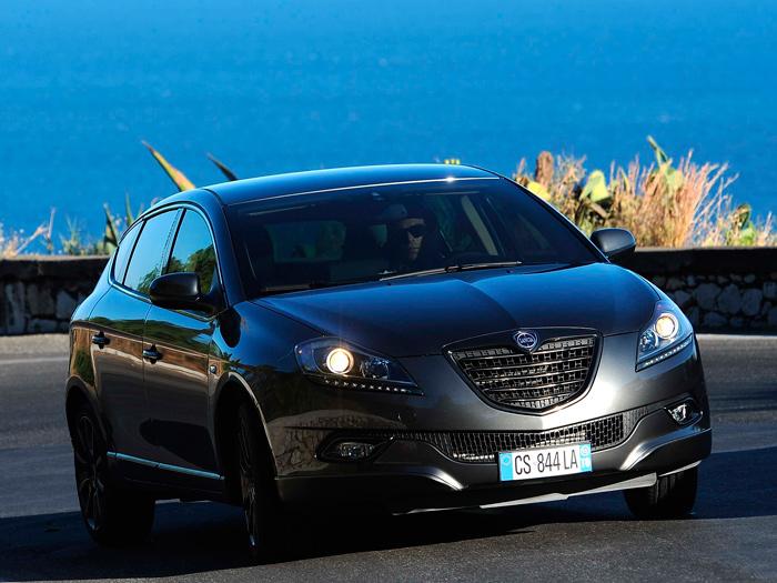 Como viene siendo habitual en todas las marcas, la clásica parrilla de Lancia en forma de escudo ha sufrido un proceso de ensanchamiento y disminución de altura.