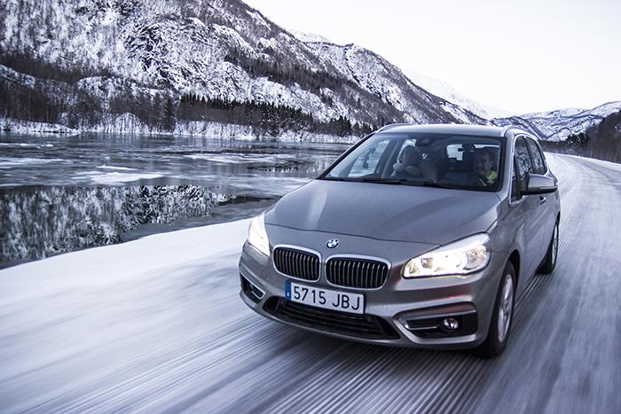 Conducir sobre hielo con neumáticos de clavos