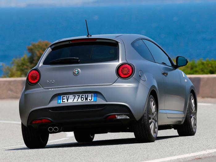El piloto trasero circular, de tamaño variable, siempre ha sido característico del coche italiano, empezando por Ferrari y pasando por gran variedad de otras marcas y modelos. Si está bien encajado en el diseño posterior, nunca defrauda.