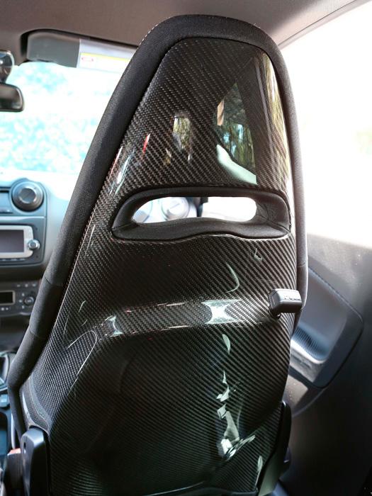 Los asientos, en mezcla de Alcantara y tejido fuerte, son excelentes y casi de competición (permiten utilizar arnés); su estructura de fibra de carbono resulta impactante. Una opción cara, propia de un coche todavía más prestacional que el QV.