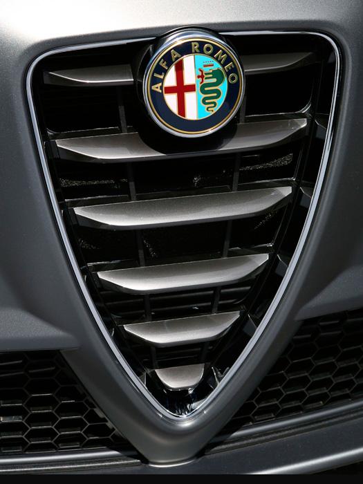 En esta última edición del QV, las láminas transversales del escudo central de la parrilla se han reducido a seis, con un diseño más voluminoso que las cromadas habituales.