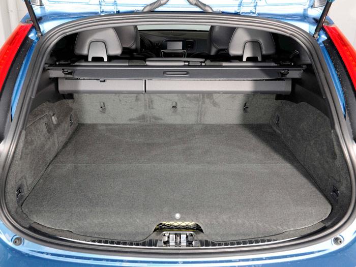 El maletero del V40 lleva un divisor del espacio; en el V60, la presencia de la impulsión eléctrica le resta algo de altura.
