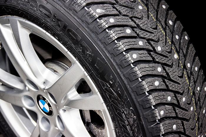 Neumáticos de clavos. Detalle.