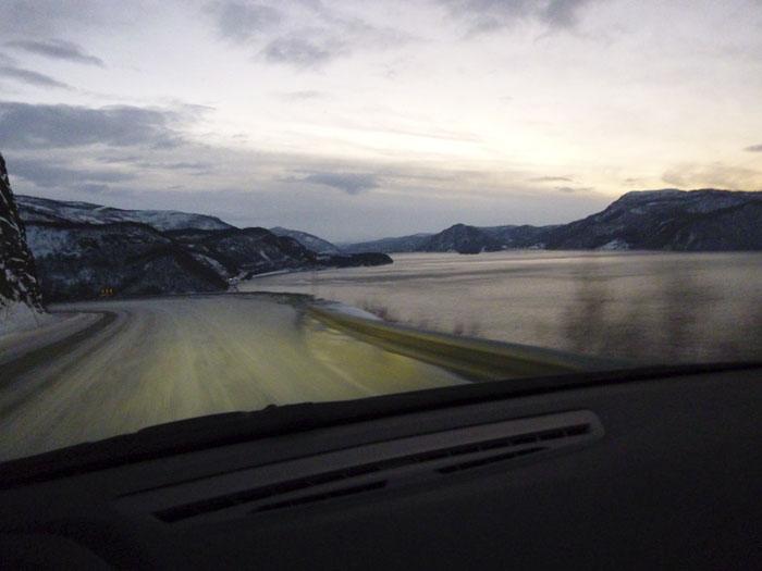 Auroras77. Noruega. BMW Active Tourer. Paisaje helado. Fiordos. Anochece