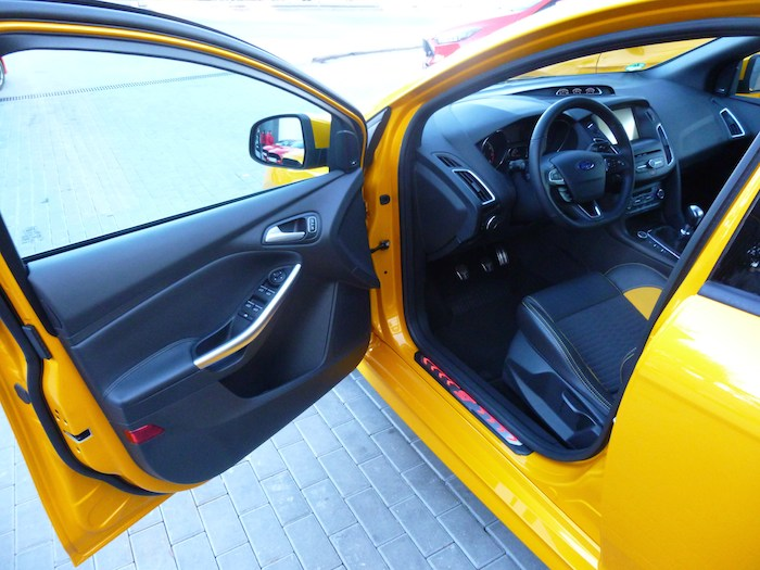 Ford Focus ST 2015. Llantas, colores, asientos. Segundo día.