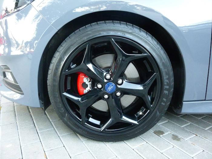 Ford Focus ST. Llanta negra y neumático