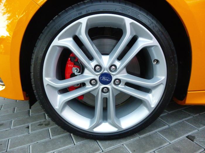 """Ford Focus ST. Llanta opcional 19"""" y neumático."""