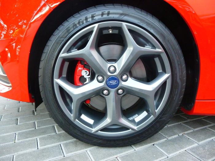 Ford Focus ST. Llanta opcional de 18 pulgadas y neumático