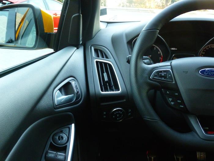 Ford Focus ST. Unión entre el salpicadero y puerta conductor