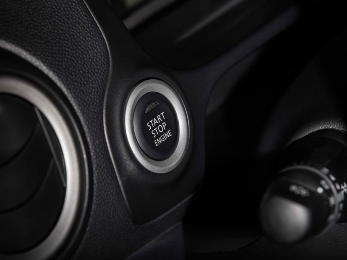 Volvemos al modelo americano con cambio de variador. En ambas versiones altas (Motion en Europa) el alojamiento para la llave en la columna de dirección está cegado, ya que llevan sistema Key-less; por ello, el botón de arranque y parada va situado a la izquierda, ya que el conmutador de luces giratorio está en la propia palanca.