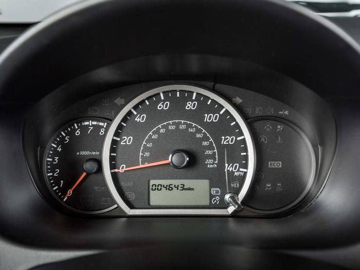 En la pequeña pantalla inferior del velocímetro (tarado en millas y kilómetros) pueden aparecer numerosas informaciones, aunque en tamaño no demasiado legible en una ojeada.