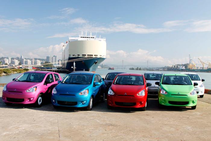 Para el mercado americano, la gama de colores es más bien chillona; en Europa, con mayor discreción, se limita al rojo fuerte (fotos de portón y rueda, no el de ésta), un negro, un blanco y un gris.