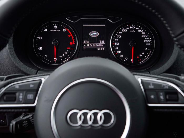 El Sportback 1.6-TDI, con su palanca de cambios manual; el cuadro en foto aparte corresponde a un motor de gasolina (cuentavueltas en rojo a 6.000 rpm). La estética de los Audi es casi inmutable, pese a la variedad de modelos y versiones.