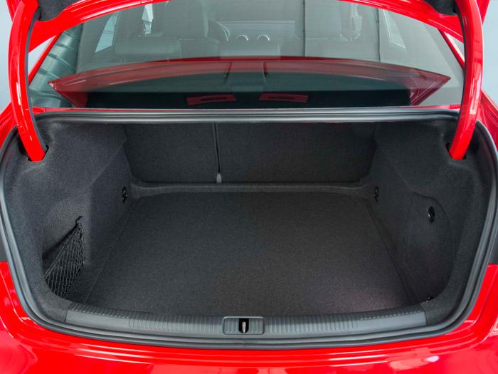 Aunque las bisagras ocultables le restan algo de volumen útil, el maletero del Sedán (425 litros) es algo mayor que el del Sportback (380 l.). Pero el de éste tiene la doble ventaja del portón y de poder eliminar la bandeja posterior.