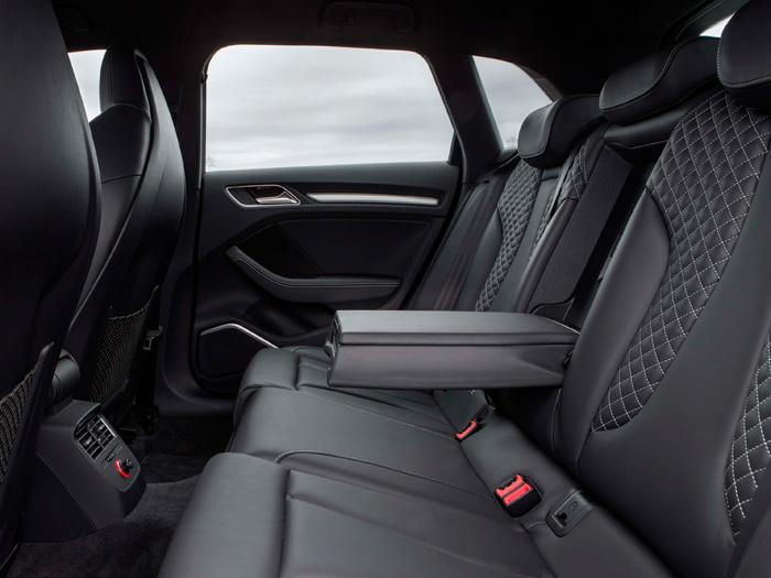 Asientos delanteros de Sportback y traseros de Sedán, con idéntica tapicería; los traseros de Sportback (3ª ventana pequeña), en tono oscuro. No hay diferencias.