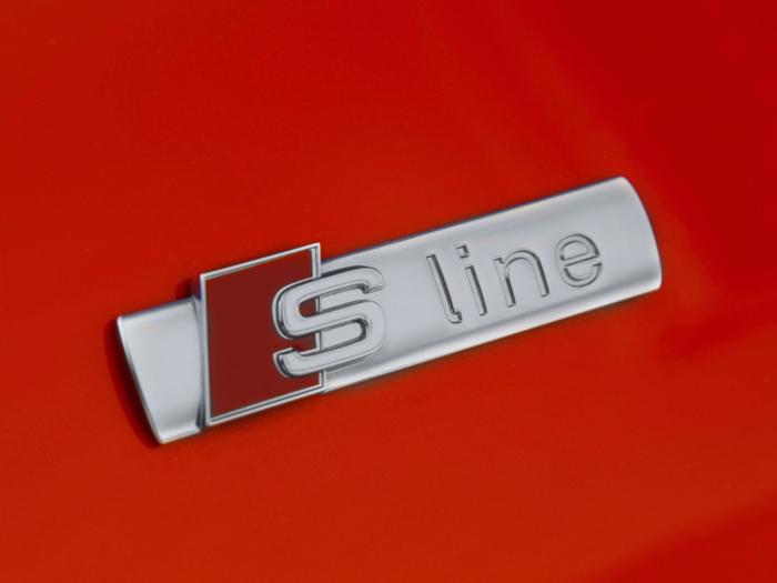 La ya de por sí suave aerodinámica del Sedán queda reforzada por el discreto alerón incorporado en el borde de la tapa del maletero. El acabado S-line se anuncia en la aleta delantera.