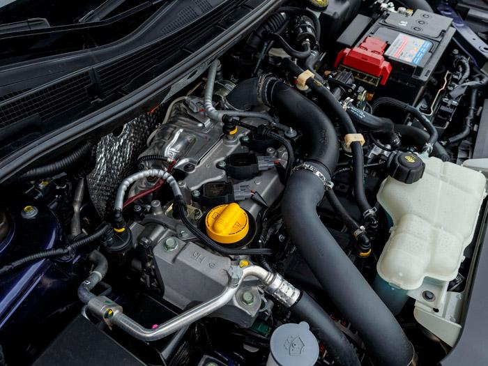 El pequeño cuatro cilindros DIG-T apenas si abulta más (visto de arriba) que el bote de expansión o la batería.