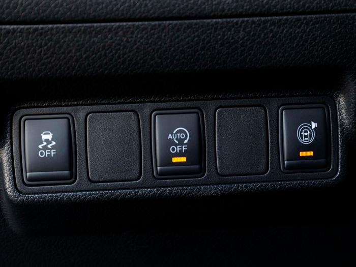 Botonera inferior izquierda, para eliminar tres elementos de equipamiento; no deja de ser un relativo contrasentido; ¿son necesarios o prescindibles?
