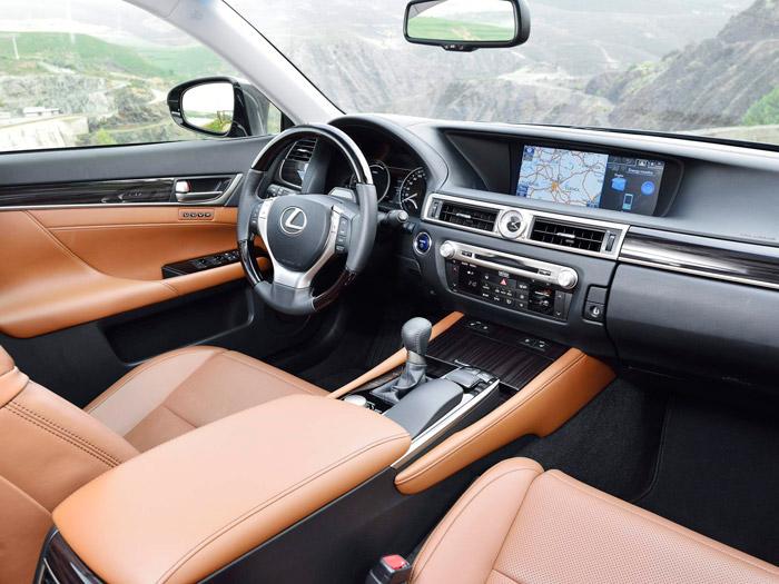 """Aunque hay aportes propios en el diseño interior, en Lexus no tienen empacho alguno en unificar el suyo con el tradicional de las marcas """"premium"""" alemanas. Los japoneses nunca han tenido problemas en copiar, sobre todo cuando además es para mejora el original. Mención especial a la amplia pantalla, que permite simultanear la presentación del navegador y el ordenador, que es gráfico."""