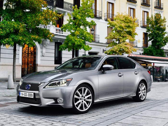 Berlina -o sedán- de lo más clásico, al margen de la muy peculiar parrilla delantera. El GS de Lexus juega en una Liga de carácter minoritario, pero en la que el cliente –básicamente conservador- sabe muy bien lo que quiere, y todas las marcas se lo ofrecen.