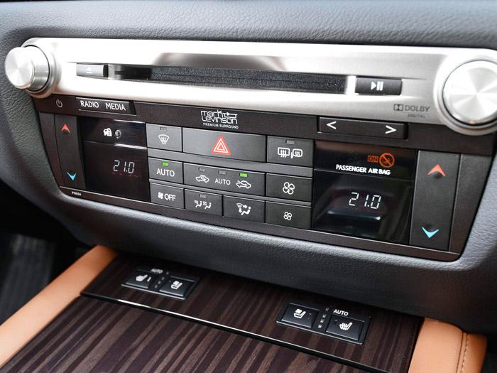 Mandos de la climatización, del sistema de audio digital Mark Levinson, y de los asientos calefactados y ventilados. Sumamente sencillos y claros, sobre todo para la complejidad de las funciones de las que son capaces. Si acaso, un poco pequeños para manejar, sobre todo con guantes.