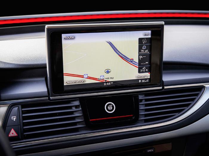 En el centro del salpicadero va la pantalla habitual del navegador, y debajo de ella otra más pequeña, específica para la conducción pilotada.