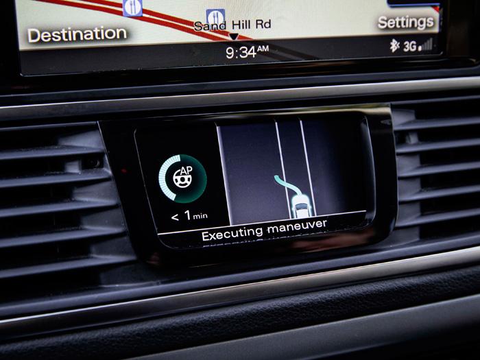 La pequeña pantalla central, bajo el navegador, es la más específica de la conducción pilotada.