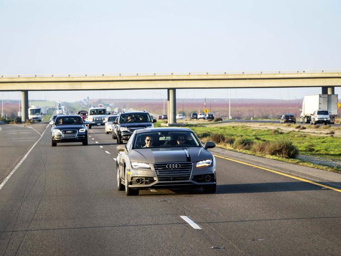 De nuevo en tráfico bastante intenso (parece que frenándolo un poco), quizás iniciando la maniobra de adelantar al coche del fotógrafo.