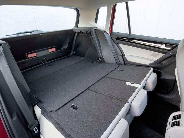 Cuando el piso móvil del maletero se sitúa en alto, queda enrasado con los respaldos abatidos del asiento posterior.
