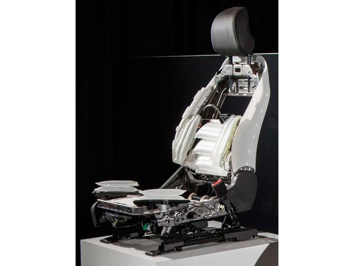 El asiento hiperanatómico, repleto de bolsas de aire, da un poco de miedo; ¿cobrará vida propia y nos absorberá?