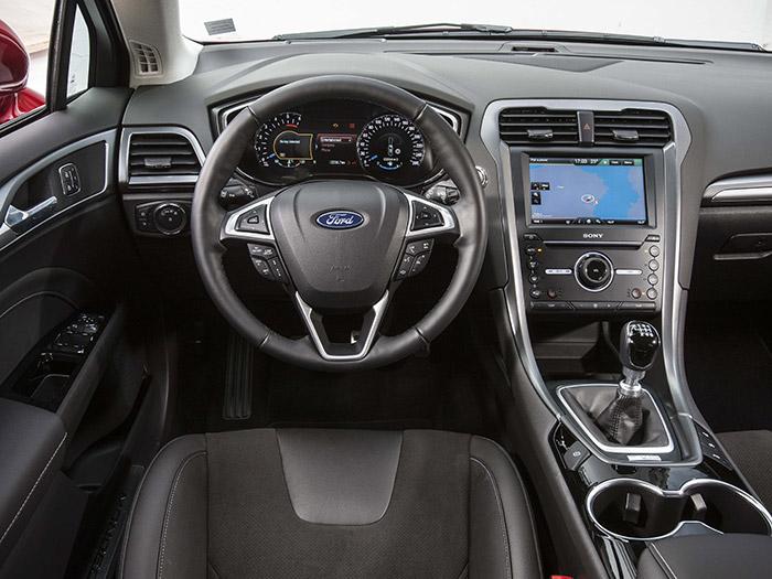 Como ya es tradicional, la presentación interior de un Ford (y más en su alto de gama de turismos) resulta casi apabullante; hay mandos en más de una docena de localizaciones. Todo es cuestión de aprendérselo.