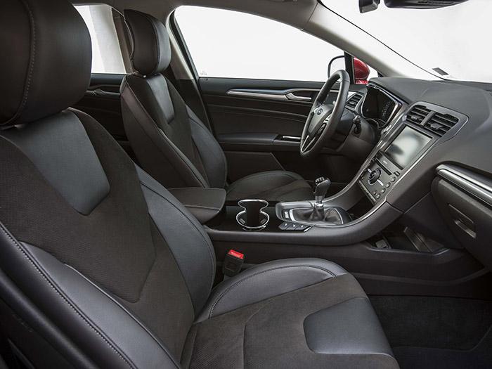 En esta perspectiva, sin tanto mando a la vista, el aspecto ya es más austero y teutón, en la línea VW Passat con el que el nuevo Mondeo aspira (y con motivos) a competir.