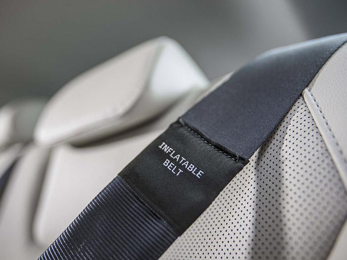 Los cinturones traseros hinchables, con su muy especial hebilla a través de la que entra el gas.