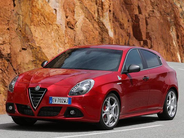 Para delimitar bien los campos, Alfa-Romeo ofrece el MiTo de segmento B exclusivamente como tres puertas, mientras que el Giulietta, ya del segmento C, siempre tiene cinco. Por lo demás, la estética frontal es similar en ambos, aunque nos parece todavía más conseguida en el Giulietta.