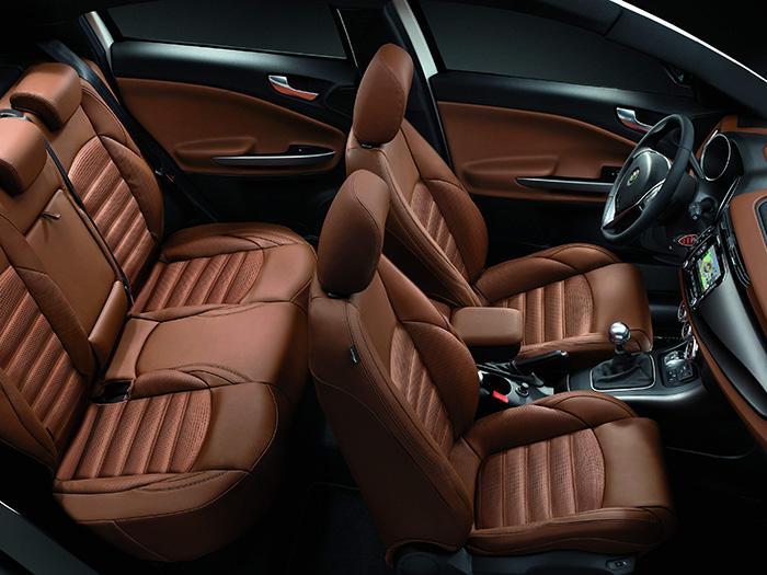 Con una batalla superior a 2,6 metros, el Giulietta (en esta foto con cambio manual) se permite ofrecer una buena habitabilidad trasera. No obstante, y como corresponde a una marca con perfil deportivo, el diseño de asiento posterior favorece el confort y sujeción lateral con dos plazas.