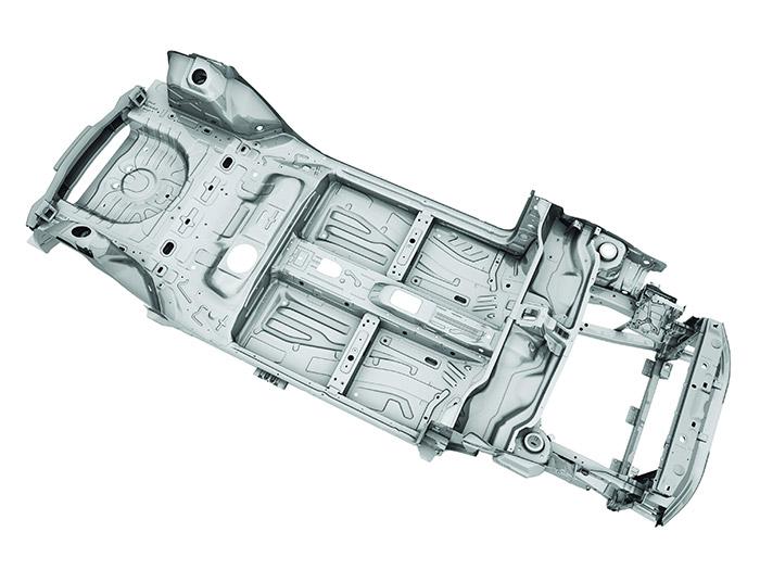 La novedosa plataforma –presentada en 2010, pero que por ahora sólo se utiliza en el Giulietta- cuya zona central extensible permite una aplicación modular. Hay cierta asimetría entre derecha e izquierda bajo los asientos delanteros y traseros, y más aún en el vano motor, con un larguero que sale bajo la base para la batería, que no  tiene equivalente derecho.