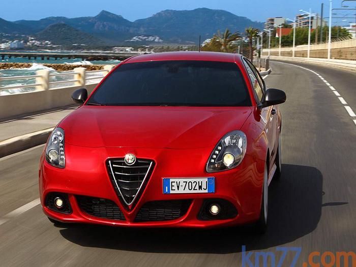 """Cuando se tiene un diseño de parrilla tan legendariamente acreditado (desde los años 30s) como el escudo central de Alfa-Romeo, hay que encajarlo en cada nuevo modelo como sea; aunque en este caso haya sido al precio de perder los dos """"bigotes"""" que tradicionalmente lo flanqueaban."""