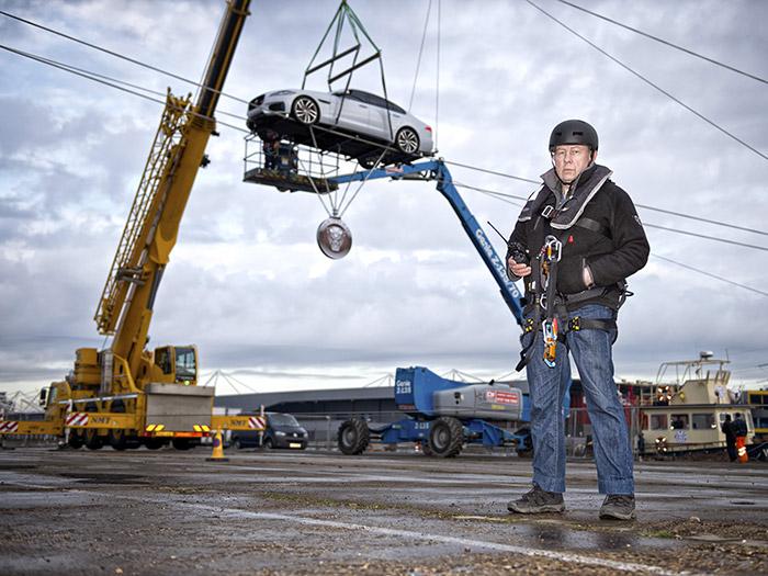 """Jim Dowdall, el veterano """"stuntman"""" que pilotó el XF, supervisando las labores de instalación necesarias para la travesía, mientras acaban de conectar los subchasis auxiliares bajo el coche."""