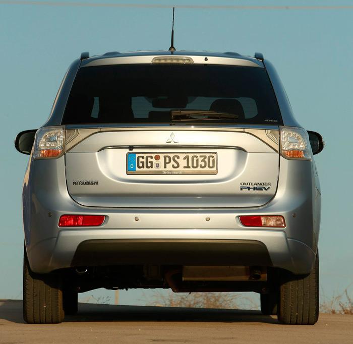La distancia libre al suelo (190 mm) es normal en un SUV; muy bien para caminos, y un poco escasa para todo-terreno, donde lo suyo es por encima de 21/22 cm. Pero tampoco sería el uso normal para el PHEV.