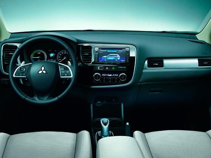 El aspecto del conjunto de salpicadero, mandos y consola, no difiere apenas del que presentaría un vehículo equivalente con transmisión automática.