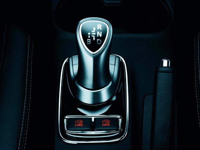 En la base de la palanca principal, con un esquema similar al de un Prius, están los dos botones para las funciones de recarga por medio del motor térmico, y de reservar la energía eléctrica para otro momento.