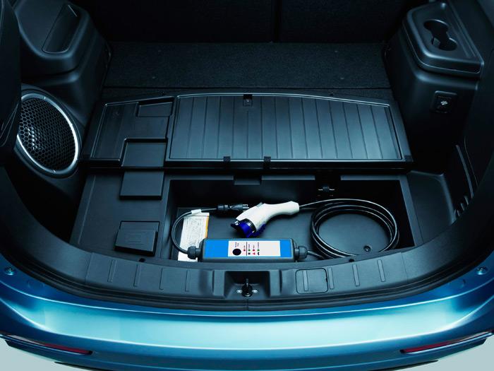 Bajo una tapa en el fondo del maletero se aloja el cable de recarga a voltaje normal; el hueco es muy holgado, y se puede aprovechar para llevar algún otro utensilio más.