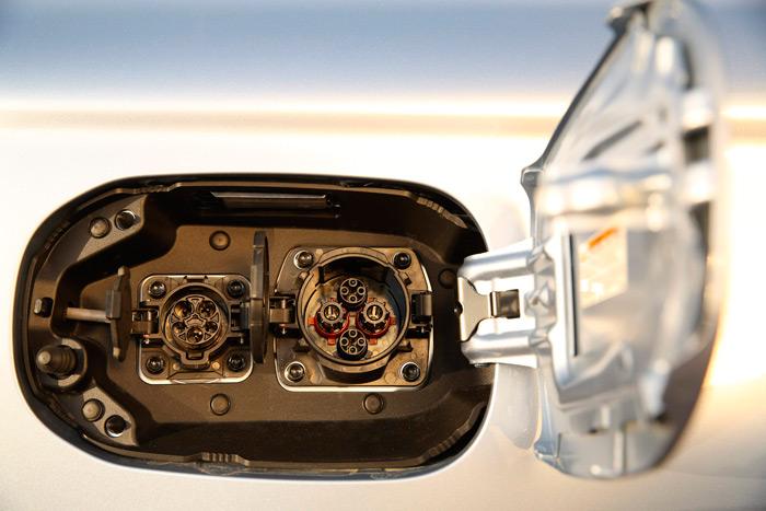 En el panel lateral trasero derecho están los dos enchufes de recarga: el más pequeño para voltaje normal, y el grande para carga rápida. Simétricamente, a la izquierda, está la tapa para el repostaje de gasolina.