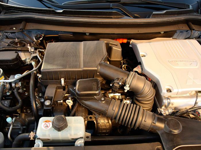 El veterano y bien conocido 2.0 DOHC-16 queda un poco arrinconado con la llegada de los componentes eléctricos. Al menos en este caso no se ha intentado ocultarlo todo bajo grandes tapas de plástico.